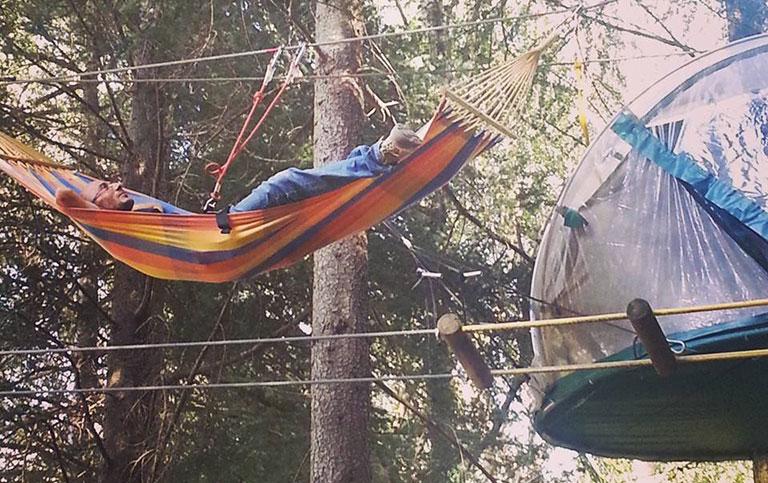 Tenda e amaca sospese tra li alberi